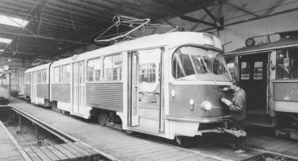 Einer der ersten K5AR-Tw vor einer Probefahrt 1970 in der Prager Remise Motol.