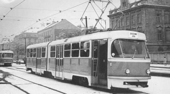 K1-Gelenktriebwagen 7000 bei seinen ersten Ausfahrten im Januar 1965 in Prag