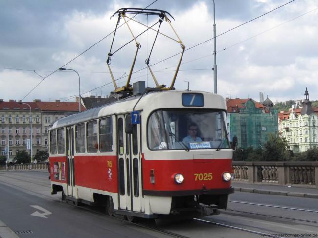 Der T3SUCS-Tw 7025 ist am 29.08.2010 in Prag als Linie 7 unterwegs.