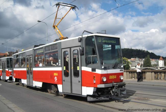 Der T6A5-Tw 8664 ist am 29. August 2010 in Prag auf der Linie 9 unterwegs.